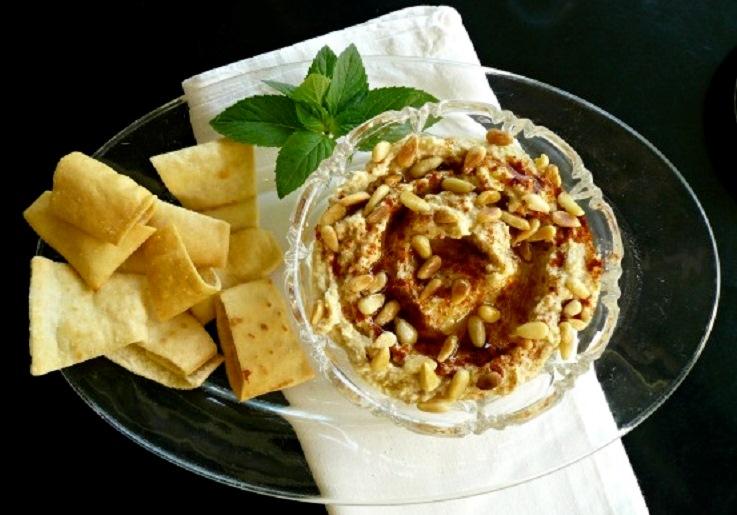 χούμους με ταχίνι ( حمّص بطحينة ) και κουκουνάρι