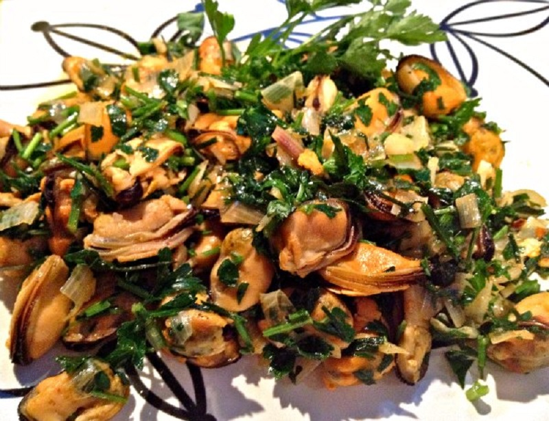 steamed mussels with paprika and herbs