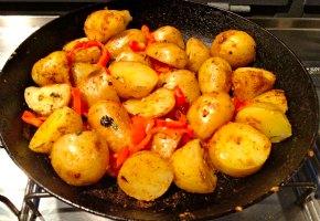 pikantikes patates me piperia
