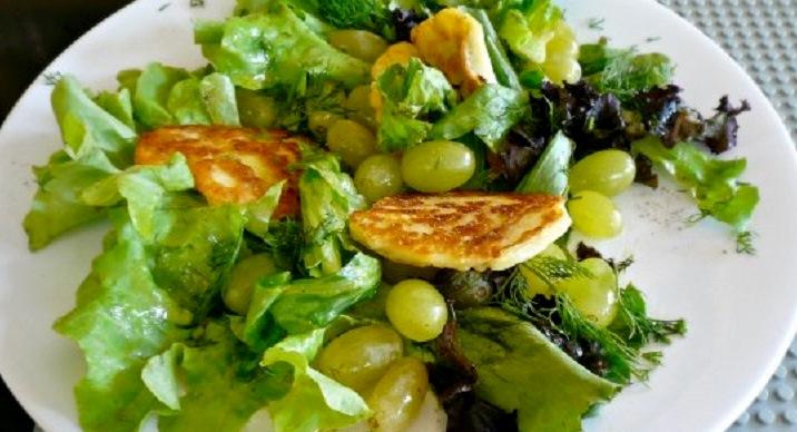 σαλάτα με χαλούμι και γλυκά σταφύλια