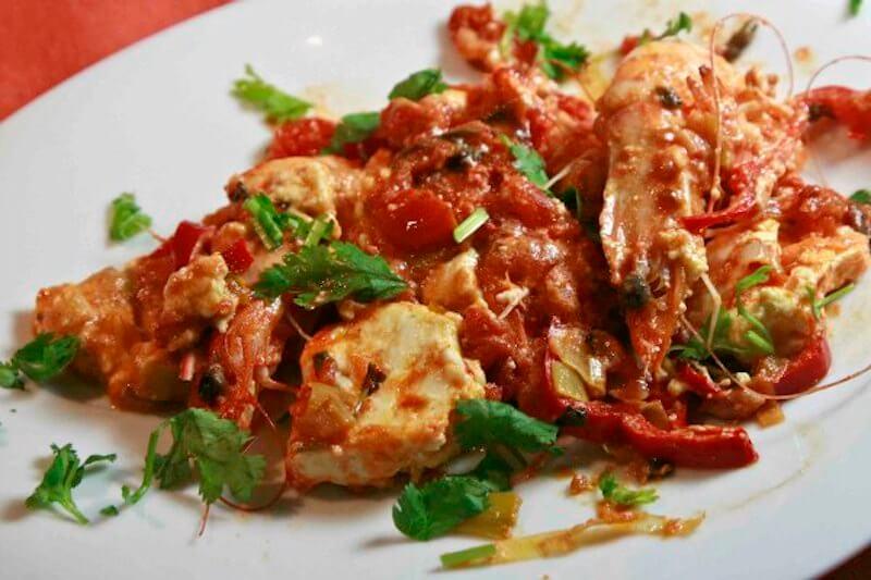Γαρίδες σαγανάκι πικάντικες με πιπεριά και φέτα