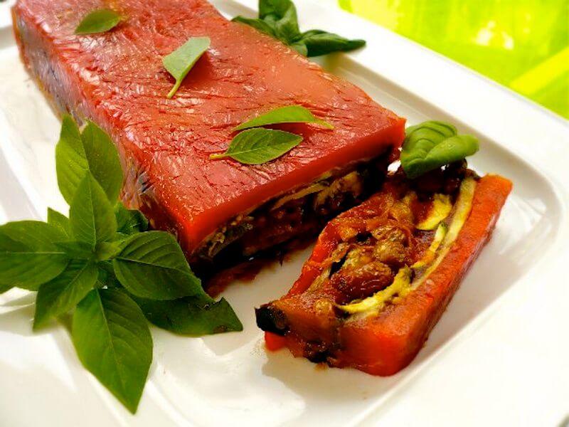 κόκκινη τερίν με ψητά λαχανικά σε ζελέ ντομάτας