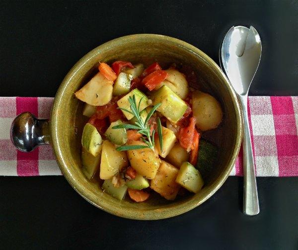 λαχανικά στην κατσαρόλα με αρωματικά