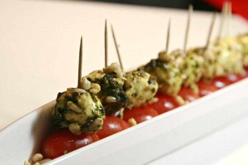 μοτσαρελάκια και ντοματίνια: the pesto way