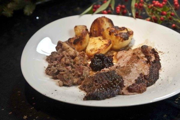 χήνα γεμιστή με λουκάνικο & σύκα, στο φούρνο, με πατάτες ψητές στο λίπος της
