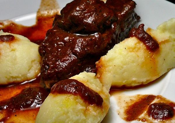 ζωμός κρέατος - μάγουλα μοσχαριού με σάλτσα Βarolo