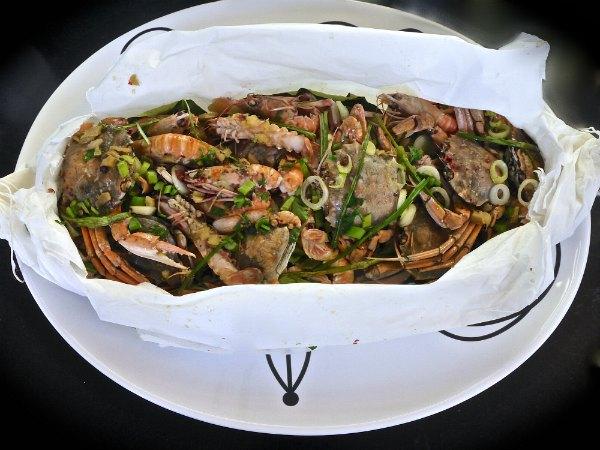 καραβίδες και καβούρια σε στρώμα από λεμονόφυλλα