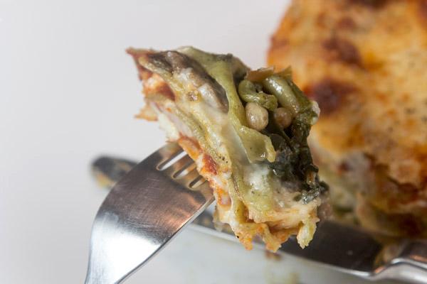 λαζάνια βετζετέριαν τρικολόρε: με μανιτάρια, σπανάκι, μοτσαρέλα και σάλτσα ντομάτας
