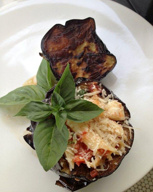 μελιτζάνες γεμιστές με ζυμαρικά, ντομάτα και βασιλικό