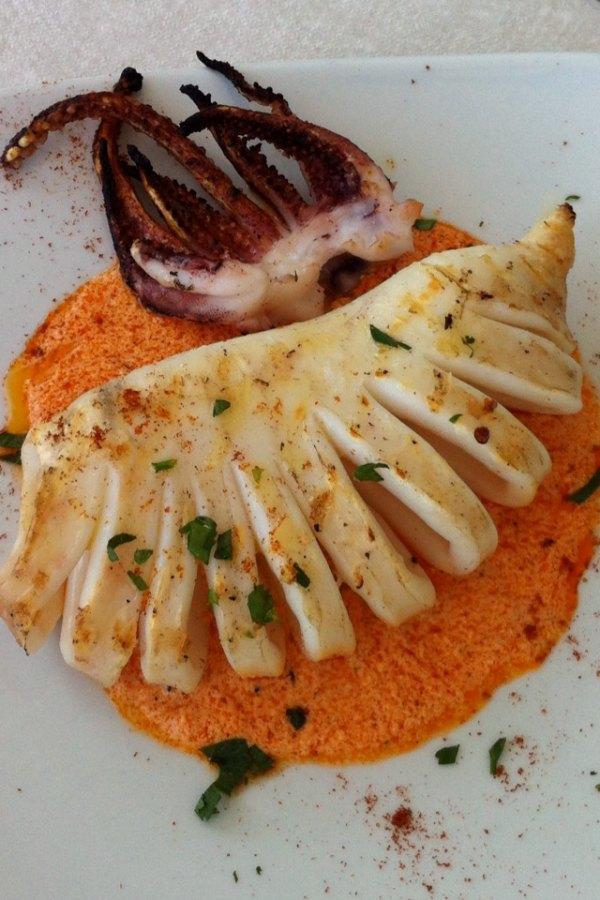 ψητό καλαμάρι - βεντάλια σε σάλτσα κόκκινης πιπεριάς με μανούρι