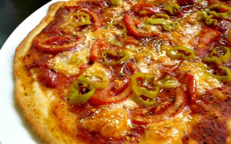 Πίτσα με ελαιόλαδο, φρέσκια ντομάτα, ρίγανη & πιπεριές