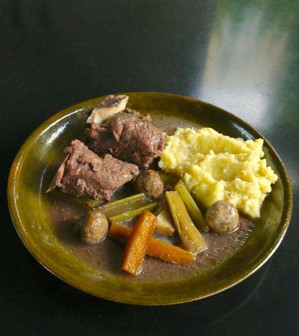 μοσχάρι στη γάστρα με λαχανικά: καρότα, σέλερι, μανιτάρια - κρέας στη γάστρα με λαχανικά - φαγητα σε πήλινη γάστρα