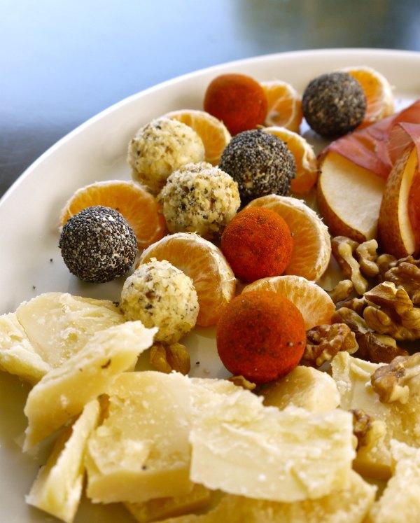 τυρομπαλάκια με φρούτα, ξηρούς καρπούς και άλλα τυριά