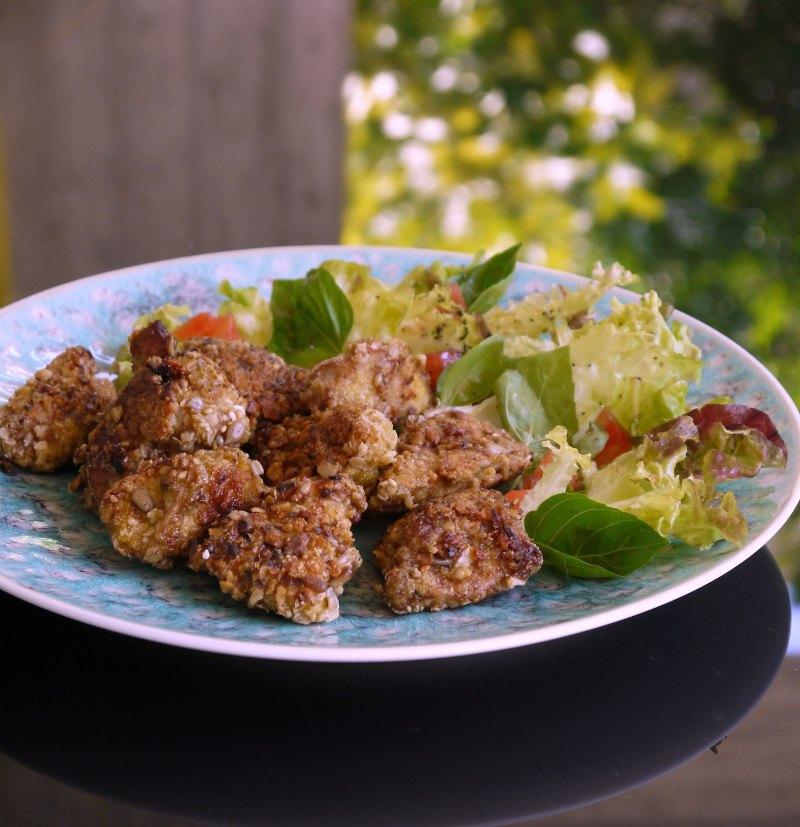 κοτόπουλο πανέ με καρύδια, κορν φλέικς και βρώμη συνοδεία σαλάτας