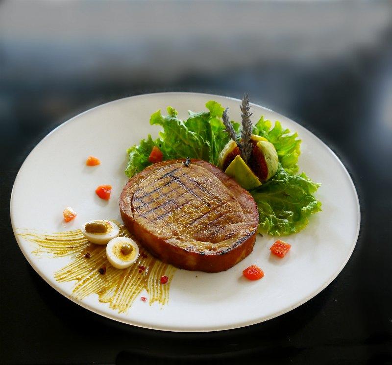 χαμ: ζεστό πιάτο με καπνιστό ζαμπόν και αρωματική σάλτσα γλυκιάς μουστάρδας