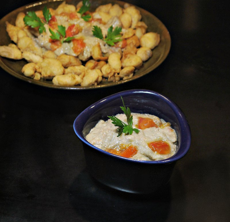 γίγαντες τηγανητοί και σκορδαλιά με ντομάτα