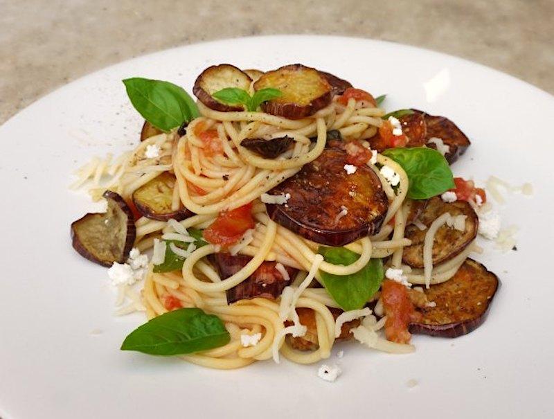 αυθεντικά σιτσιλιάνικα σπαγγέτι αλά νόρμα με μελιτζάνες, σάλτσα ντομάτας, βασιλικό και ξερή, αλμυρή ρικότα