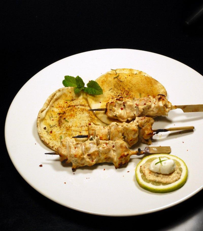 σουβλάκια κοτόπουλου μαριναρισμένα σε πικάντικο γιαούρτι