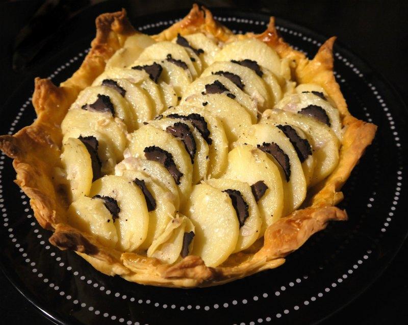 πατάτες με μαύρη τρούφα στο φούρνο σε σκεύος από ζύμη