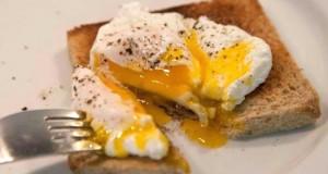 κυριακάτικο brunch: αυγά ποσέ, καπνιστός σολομός και λάδι τρούφας