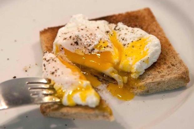 κυριακάτικο brunch: αυγά ποσέ, καπνιστός σολομός, λάδι τρούφας
