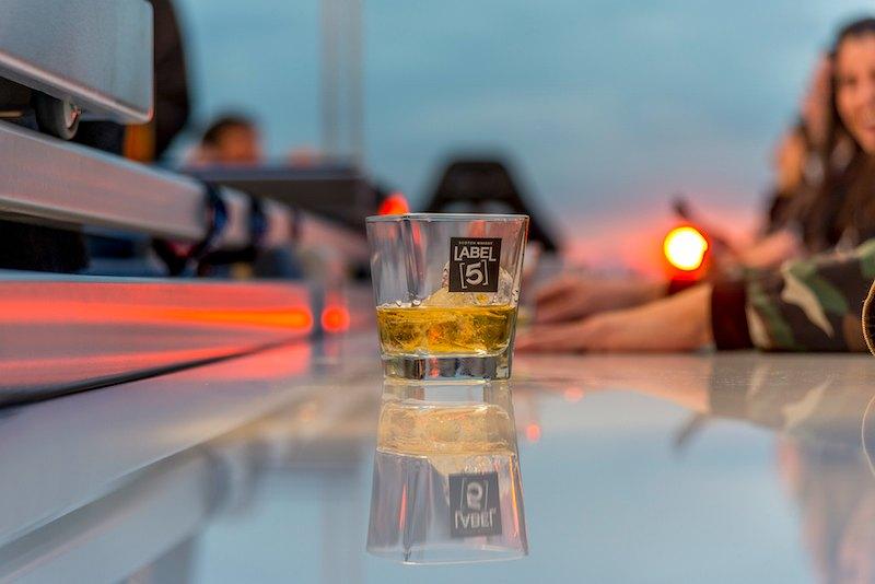 dinner in the sky με θέα την Ακρόπολη κι ένα ποτήρι Label 5