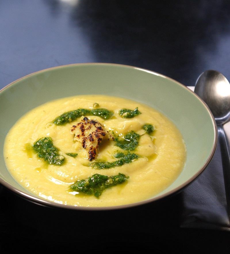 Βελουτέ σούπα κουνουπίδι με πέστο ρόκας