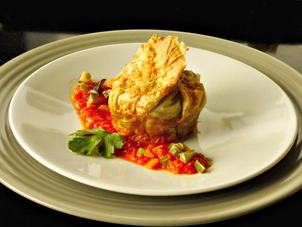 τραγανά πουγκιά γεμιστά με λαχανικά σε σάλτσα πιπεριάς