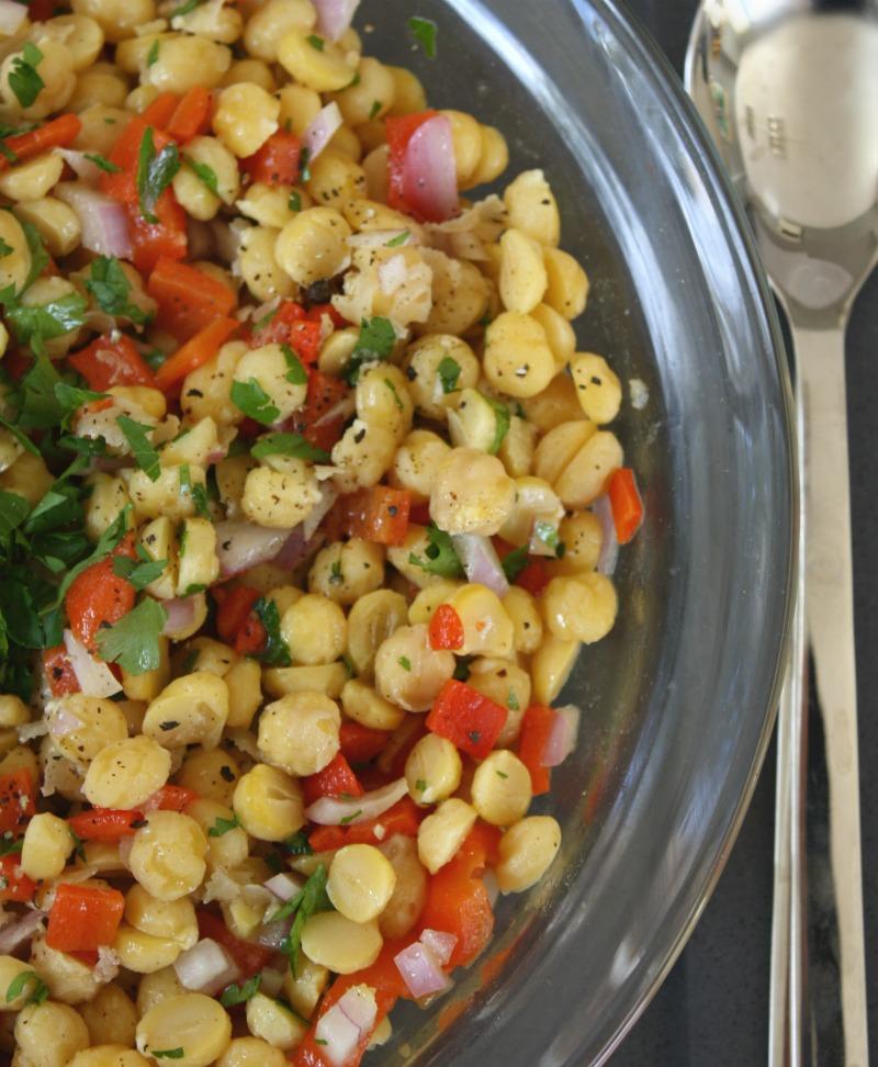 σαλάτα ρεβίθια με κόκκινες πιπεριές