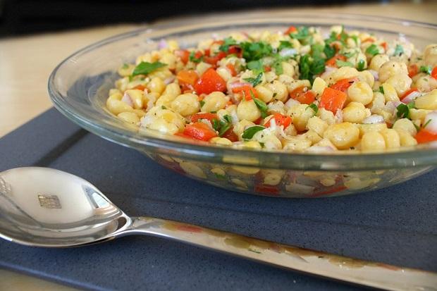 σαλάτα ρεβίθια με κόκκινες πιπεριές και γλύκα με αψάδα