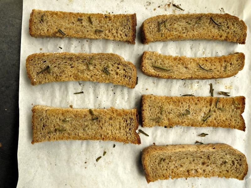 φέτες ψωμιού αρωματισμένες με δενδρολίβανο