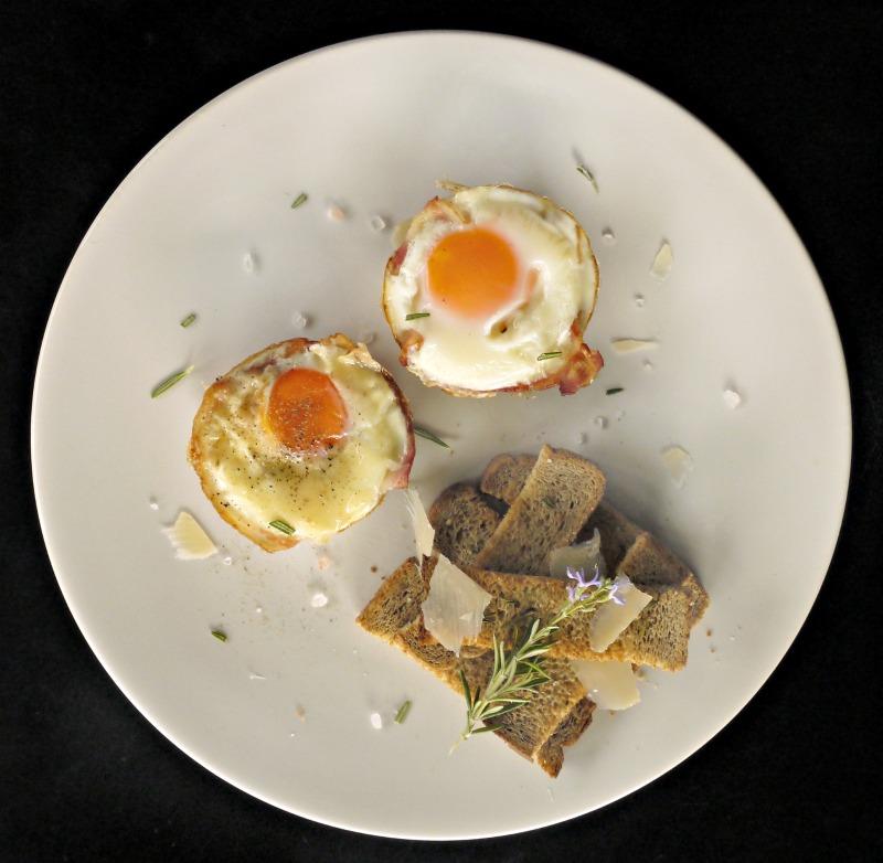 κυριακάτικο brunch: αυγά με μπέικον στο φούρνο