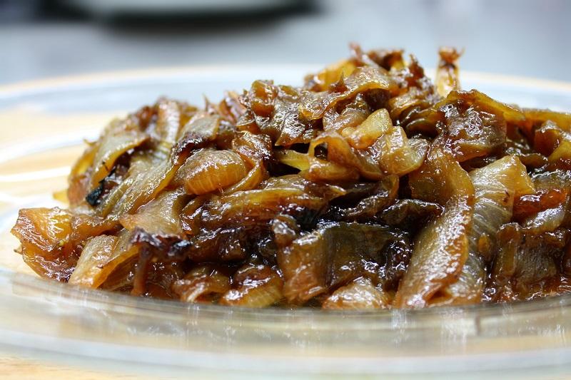 έτοιμα καραμελωμένα κρεμμύδια στο τηγάνι