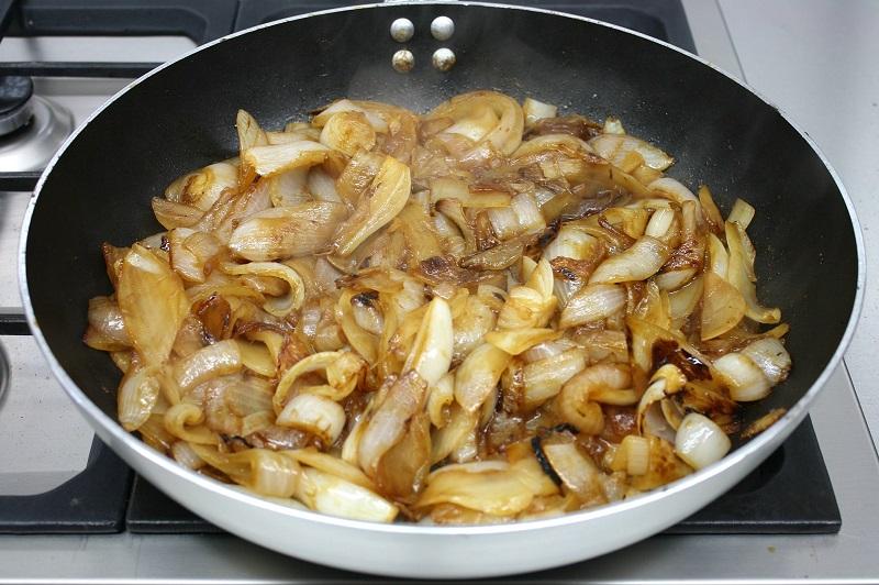 Κάνοντας καραμελωμένα κρεμμύδια στο τηγάνι