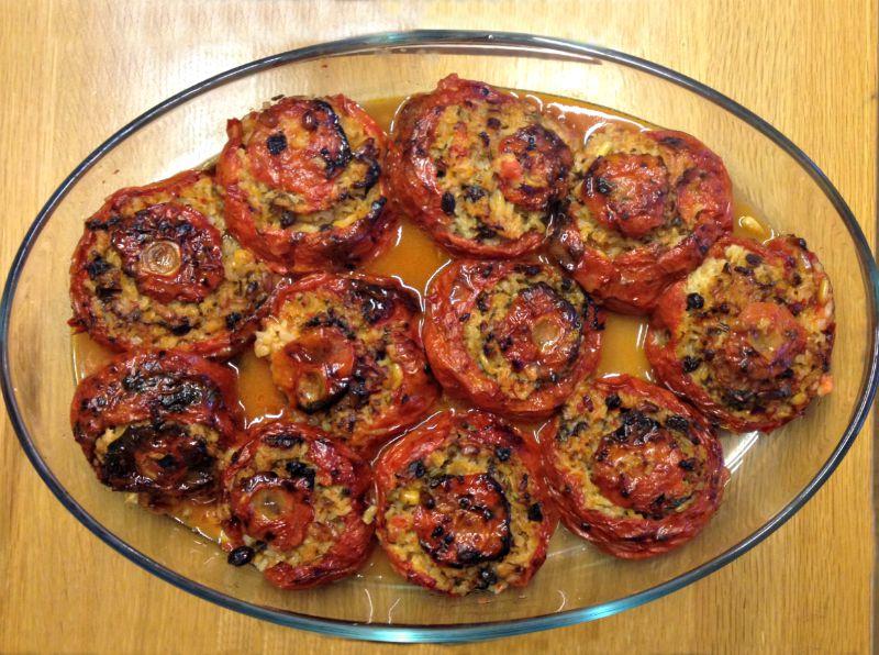 αυθεντικά γεμιστά πολίτικα - ντομάτες γεμιστές με ρύζι, σταφίδα, κουκουνάρι