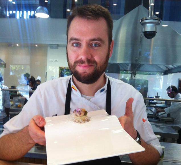 "Raúl del Moral με το βραβευμένο πιάτο του ""κρεμώδης τόνος-vinubo, με κοτόπουλο, τρούφες φουά γκρα με vineterra και αφρό καπνιστού χελιού"""