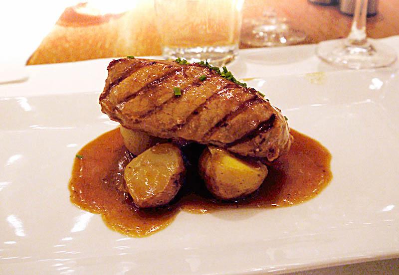 ισπανική κουζίνα και γαστρονομία - χοιρινό ιβηρικής χερσονήσου μαριναρισμένο σε κουλί πιπεριάς, σερβιρισμένο με πατάτες