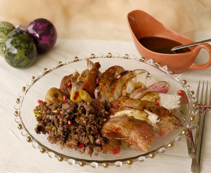κύρια πιάτα για τις γιορτές: γεμιστή γαλοπούλα με κιμά, ξηρούς καρπούς και ρόδι