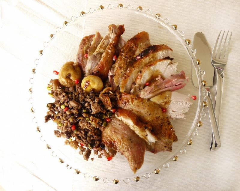 γεμιστή γαλοπούλα με κιμά, ξηρούς καρπούς και ρόδι