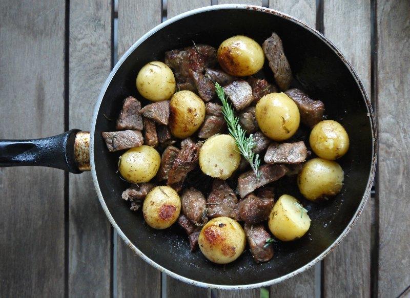 τηγανιά με μοσχάρι και μικρές ολόκληρες πατάτες