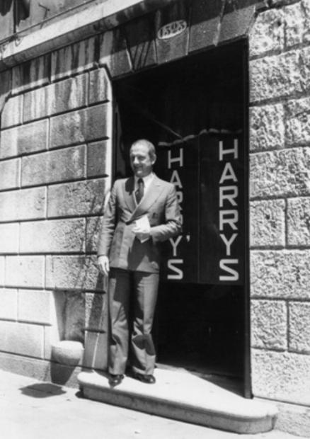 O Giuseppe Cipriani στην είσοδο του Harry's Bar