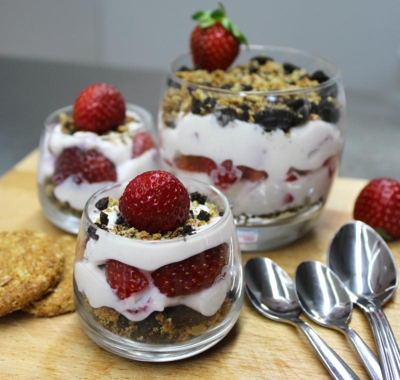κρέμα ρικότα με φράουλα και μπισκότο
