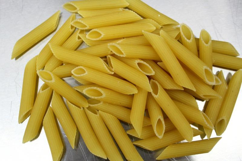 πένες αραμπιάτα - penne rigate