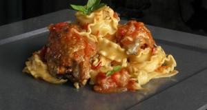 κοκκινιστό κοτόπουλο με μακαρόνια κλασικό & φούρνου