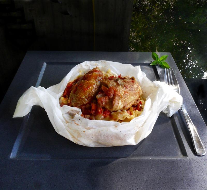 κοκκινιστό κοτόπουλο με μακαρόνια στο φούρνο