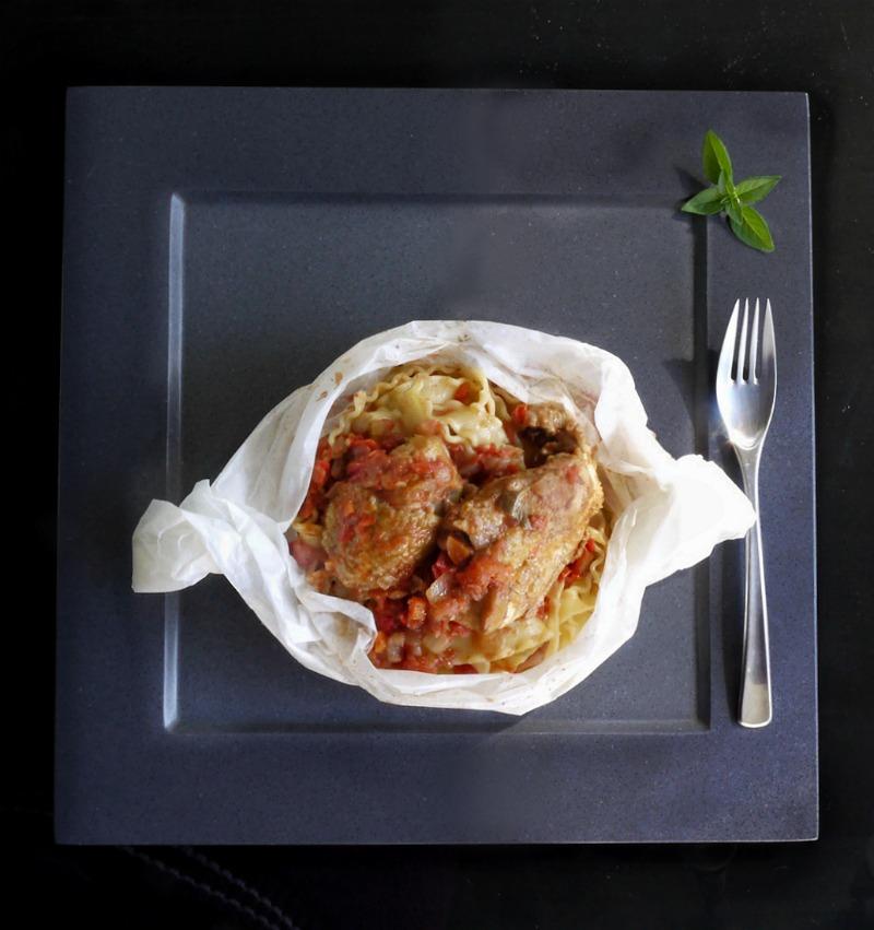 κοκκινιστό κοτόπουλο με μακαρόνια στο φούρνου