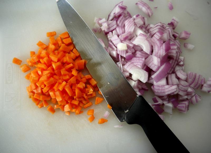 καρότο - κόκκινο κρεμμύδι στο κοκκινιστό κοτόπουλο με μακαρόνια, κλασικό & φούρνου