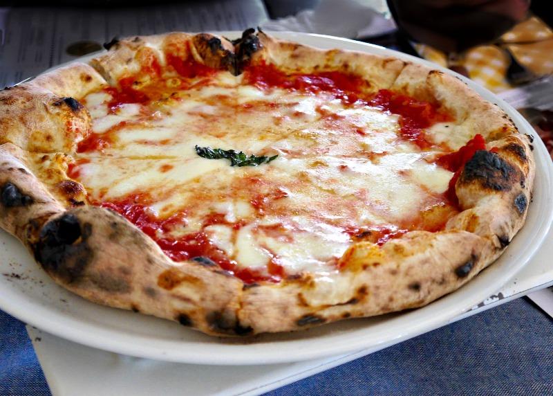 τα υλικά στη ναπολιτάνικη πίτσα - το νερό