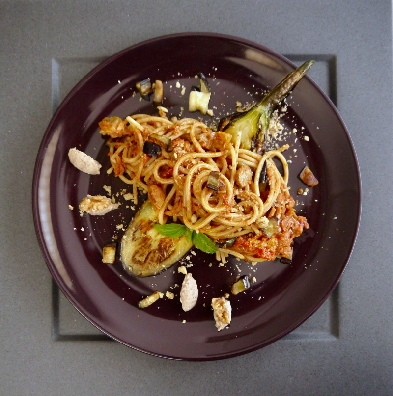 ριγωτά σπαγκέτι με μελιτζάνες και καρύδια
