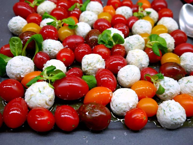 σαλάτα ντοματίνια με μπαλάκια από τυριά: ανθότυρο με φέτα